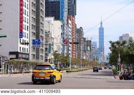 Taipei, Taiwan - December 4, 2018: Xinyi Road In Taipei, Taiwan. Taipei Is The Capital City Of Taiwa