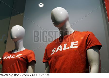 Moscow  Russia - March 04 2021:mannequins In A Shop Window In Red T-shirts With The Inscription Sale