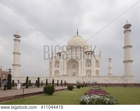 Agra, India - March, 26, 2019: A Morning Shot Of The Taj Mahal And Flowerbeds