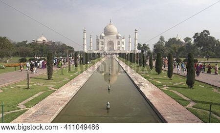 Agra, India - March, 26, 2019: Taj Mahal And Fountain As Viewed From The Main Entrance