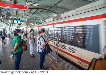 Bangkok, Thailand - 26 Sep 2020, Local Asian Passenger Are Waiting And Transporting Airport Rail Lin