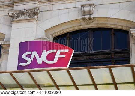 Bordeaux , Aquitaine France - 03 03 2021 : Sncf Logo Text And Sign Brand On Bordeaux Station Wall Na