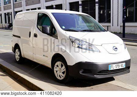 Bordeaux , Aquitaine France - 03 03 2021 : Nissan E-nv200 Electric Van Delivery White Panel Ev Vehic