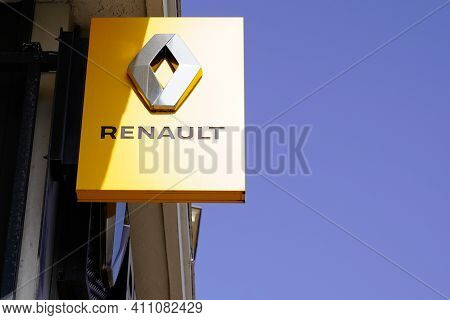 Bordeaux , Aquitaine France - 03 03 2021 : Renault Car Sign Text And Brand Logo Yellow Front Of Shop