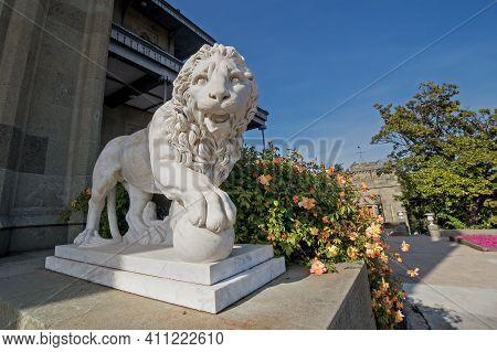 Alupka, Crimea, Russia - April 30, 2019: Vorontsov Palace In Yalta. Lion Sculpture And Beautiful Ros