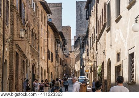 San Gimigniano,italy-august 8,2020:people Stroll Across The Narrow Street Of Saint Gimignano During