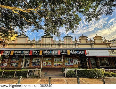 Childers, Australia - February 28, 2021: Beautiful Row Of Shops, Built From 1902 To 1907, In The Pic