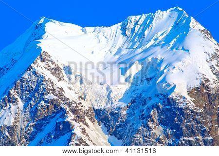 Den schneeweißen Gletscher auf einem Berggipfel