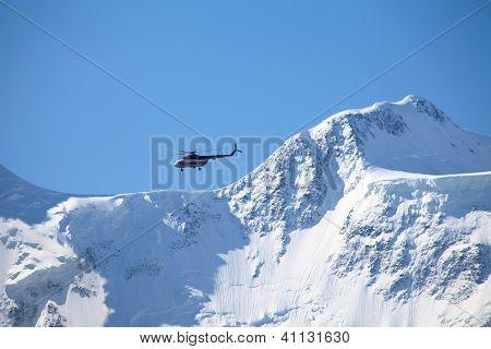 Rettungshubschrauber auf einem Bergrücken