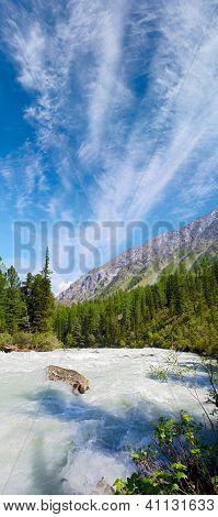 Bergfluss unter schönen blauen Himmel bedeckt