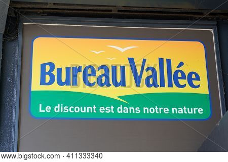Bordeaux , Aquitaine France - 02 25 2021 : Bureau Vallee Sign Text And Brand Logo Front Of Store Ret