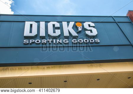 Loganville, Ga / Usa - 07 20 20: View Of The Dick's Sporting Goods Building Sign