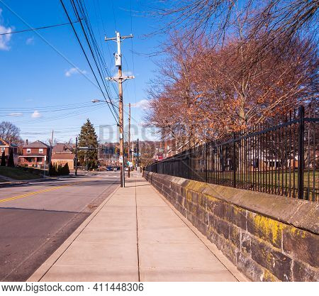 Pittsburgh, Pennsylvania, Usa March 5, 2021 The Sidewalk On South Homewood Avenue In The Point Breez