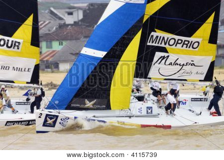 Sailing Race Fierce Battle