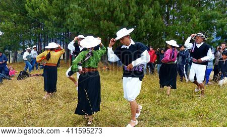 Cumbe, Azuay, Ecuador-september 22, 2018: Group Of Folk Dancers Performs Dance Of The Saraguro Peopl
