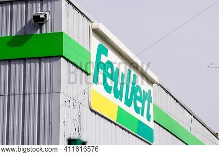 Bordeaux , Aquitaine France - 03 03 2021 : Feu Vert Brand Text And Logo Sign Of French Automotive Re
