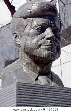 JFK bronze statue