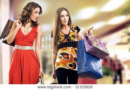 Zwei junge Mädchen in einem Einkaufszentrum