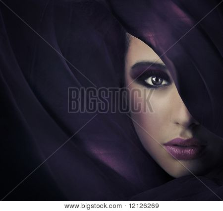 Retrato de uma jovem beleza, abundância de espaço de cópia