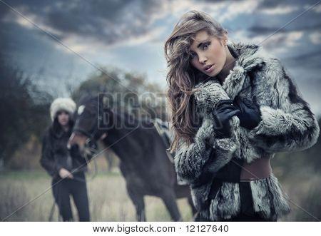 Schöne junge Frau, die auf Natur Hintergrund
