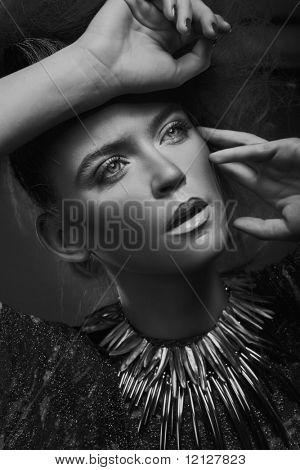 Портрет красоты женщины в черном и белом