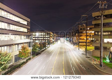 traffic on city road in seattle at night