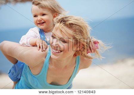 Familia feliz descansando en la playa en verano