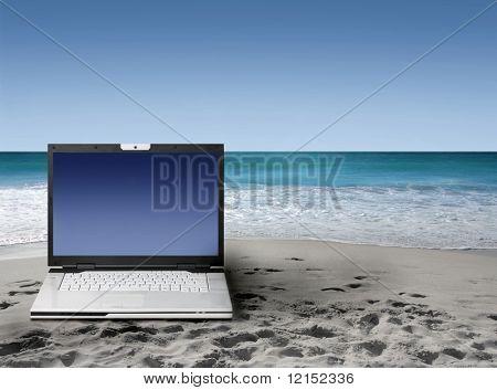 在海滩上的笔记本电脑