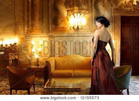 豪華なリビング ルームで美しい女性