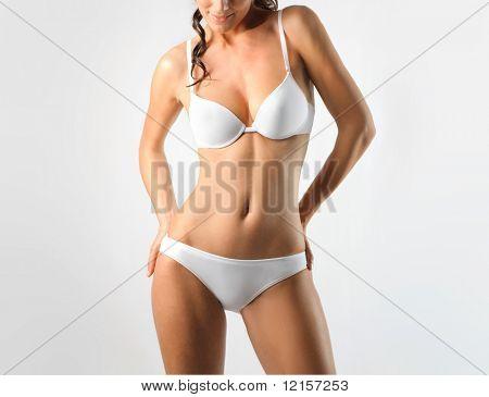 mujer en ropa interior blanca