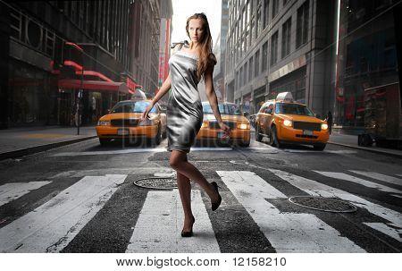 elegante modello di attraversare una strada di città di NY