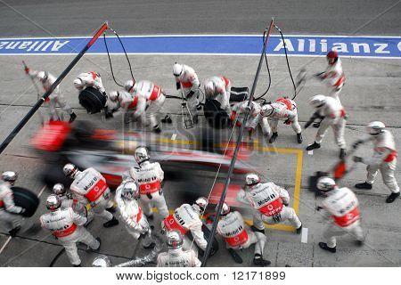 SEPANG, MALAYSIA - APRIL 5: 'McLaren-Mercedes Lewis Hamilton auf einen Boxenstopp im letzten Rennen der