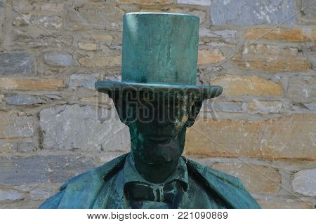 A bronze statue of honest Abe  and top hat