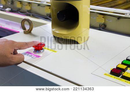 非常停止スイッチ(Emergency stop switch), 非常停止 (emergency stop), The Hand Pressing Emergency stop button on auto machine.