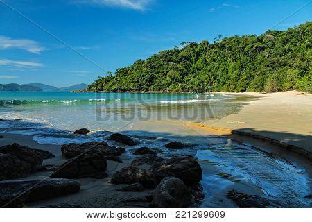 A bela praia do Costa, na região sul de Ubatuba.