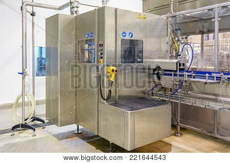 Automatic Bottle line. Filling machine for filling of liquid food products in glass bottles, canning