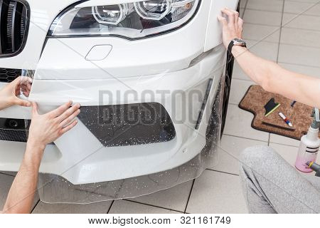 Retrofitting The Car With A Solid Transparent Protective Film, The Master Pulls The Coating Protecti