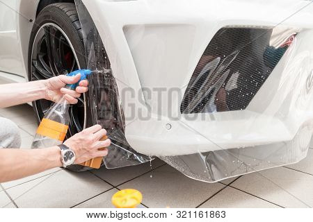 Retrofitting The Car With A Solid Transparent Protective Film, The Master Splashes Water On The Coat