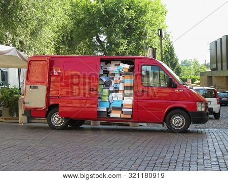 Bergamo, Italy - Circa July 2017: Volkwagen Lt Van Filled With Shoes Boxes At The Market Square