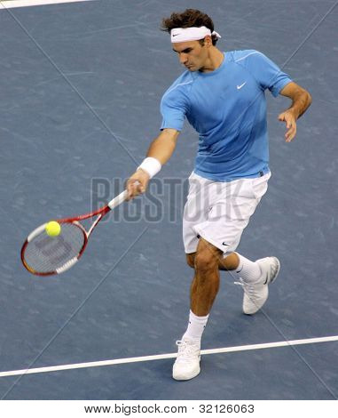 FLUSHING, NY - SEPTEMBER 10: Roger Federer serves to Andy Roddick during the US Open at the USTA National Tennis Center on September 10, 2006 in Flushing, NY.