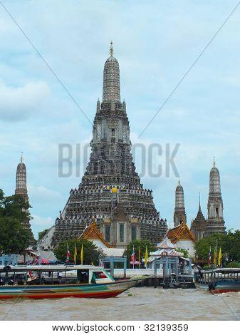 Wat Arun Rajwararam on river view