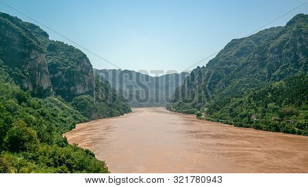 Xiling Gorge View The Third Of The Three Gorges With Yangtze River In China