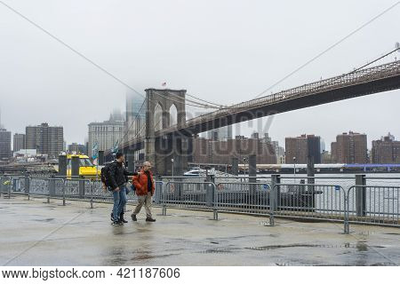 New York City,ny - April 25,2018 : Tourist Sightseeing At Brooklyn Bridge In Gloomy Day In New York