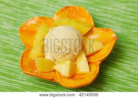 Eine Kugel selbstgemachtes Mangoeis mit Mangost���¼ckchen in einer Schale