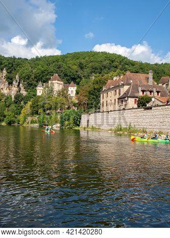 La Roque-gageac, Dordogne, France - September 7, 2018: Canoeing On The River Dordogne At La Roque-ga