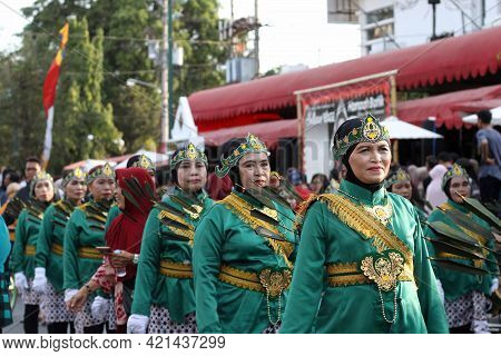 Yogyakarta, Indonesia - October 01, 2019; A Group Of Women In Costumes At The Selasa Wage  Festival