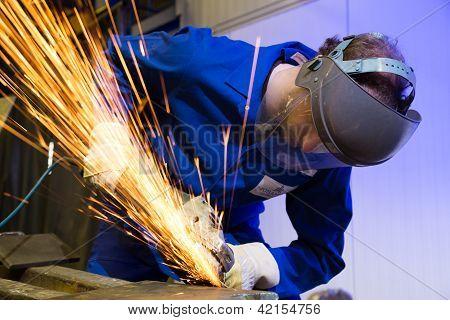 Bauarbeiter mit Winkelschleifer
