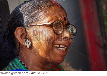 Jaipur, India - Jan 05, 2020: Indian Woman With Red Point On Her Forehead Near Amber Fort In Jaipur,