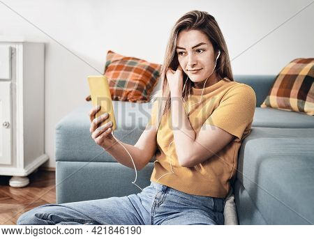 Young woman speaking on cell phone. Woman speaking on cell phone and smiling. Happy young woman speaking on cell phone. Young happy woman. Happy woman. Cell phone. Mobile phone. Speaking on phone.