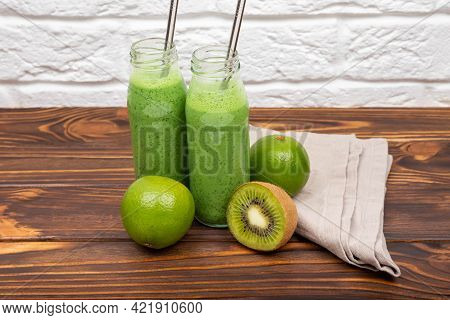 Green Juice Smoothie Cup As Weight Loss Detox Meal Replacement Diet. Fresh Green Detox Smoothies. De